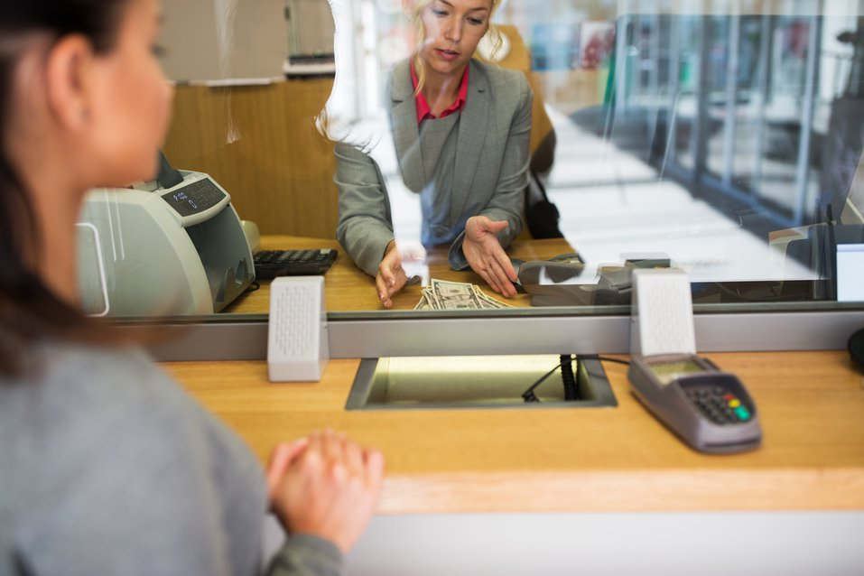 許多民眾都羨慕在銀行工作,不但薪水穩定,年終獎金也不會太差,工作內容固定且準時上...