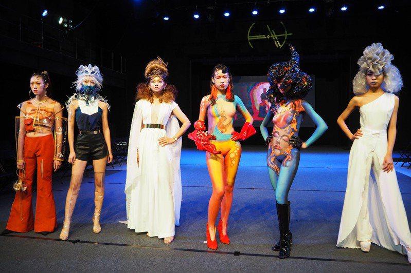 台南應用科大年度大秀美容系動態畢展,展出創意彩妝與人體彩繪。圖/校方提供
