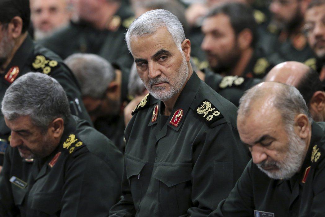 伊朗革命衛隊的「聖城旅」指揮官蘇雷曼尼(中)3日遭美軍空襲擊斃。圖為蘇雷曼尼20...