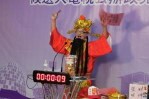 影/立委候選人政見發表 他提1卡皮箱吟詩唱歌撒幣