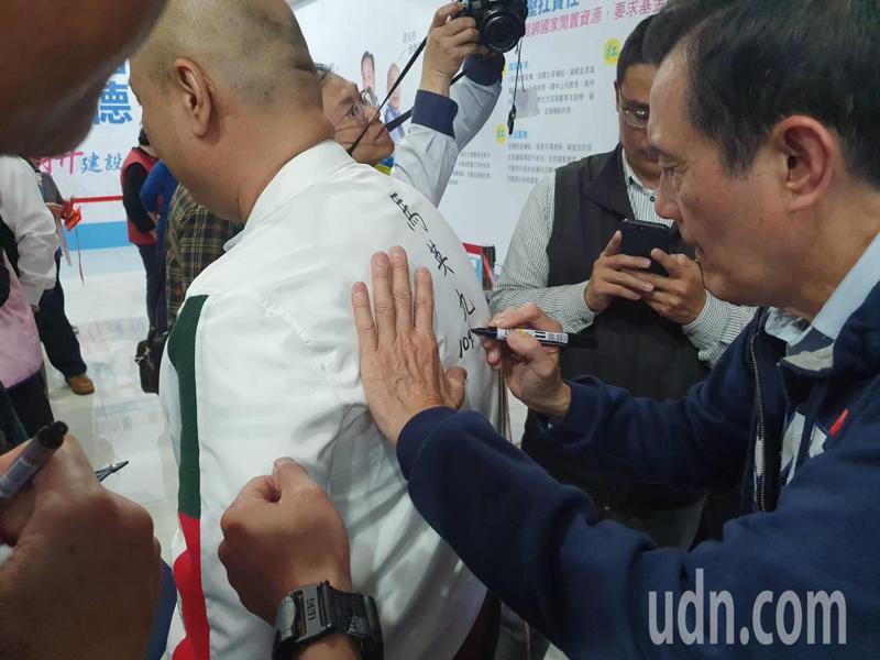 現場湧入約有200多人,有人直接穿著白襯衫,直接請馬英九簽字在衣服正後方,可看出馬英九的高人氣。記者陳夢茹/攝影