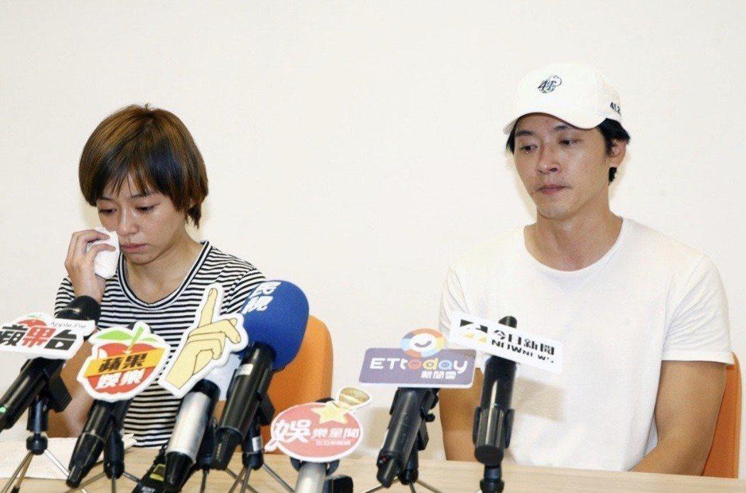 王瞳(左)、馬俊麟去年開記者會落淚。圖/本報資料照。