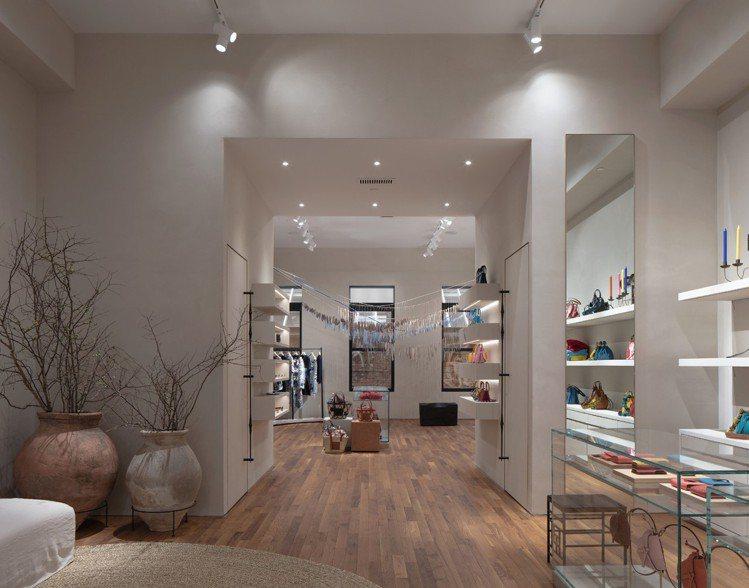 LOEWE專門店除了商品陳列也有大量藝術品,營造藝廊空間感。圖/LOEWE提供
