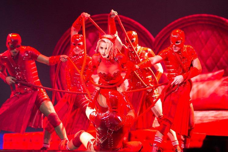 Jolin床戰男舞者,略綁繩縛秀舞。圖/凌時差提供
