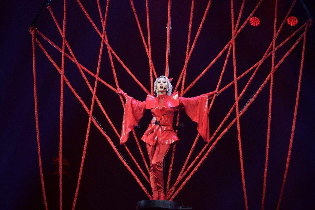 Jolin在演唱「愛無赦」時,搭上紅色飛天繩網於高空開唱。圖/凌時差提供