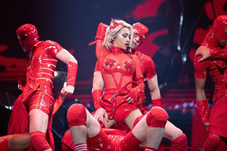 Jolin紅色緊身馬甲,薄紗透出「叉型胸罩」,美胸盡現。圖/凌時差提供