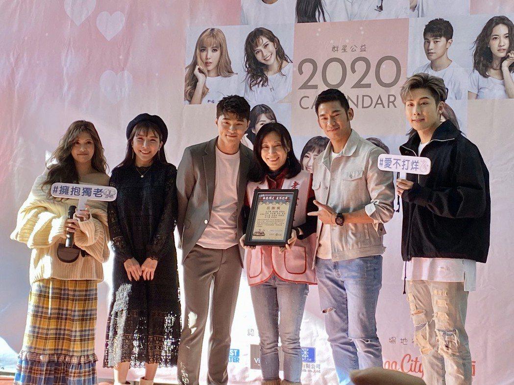 夏宇童(左起)、LaLa蘇心甯、余宥樂、亮哲、李建軒出席愛心慈善月曆簽名會活動。...