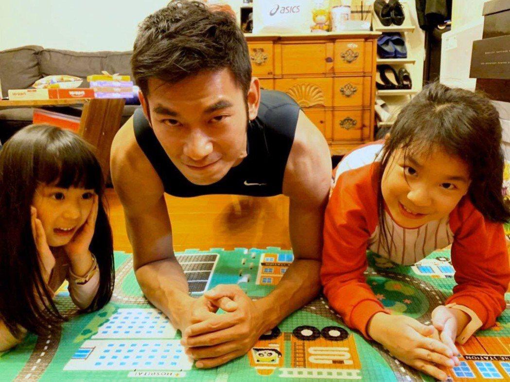 亮哲有2個寶貝女兒。圖/摘自臉書