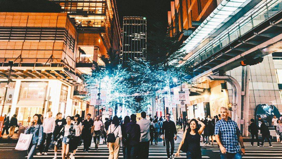 面對武漢新冠肺炎,飯店業者強調,台灣的飯店業者必須要注意的不是「開源」,而是防疫;圖為台北市信義商圈。 報系資料照