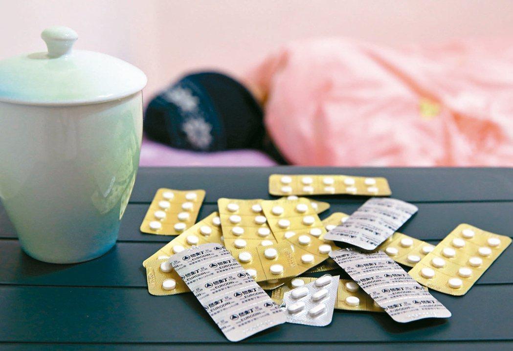 國內服用安眠鎮靜類藥品人數隨人口老化增加,根據研究報告,長期使用恐增加失智風險,...