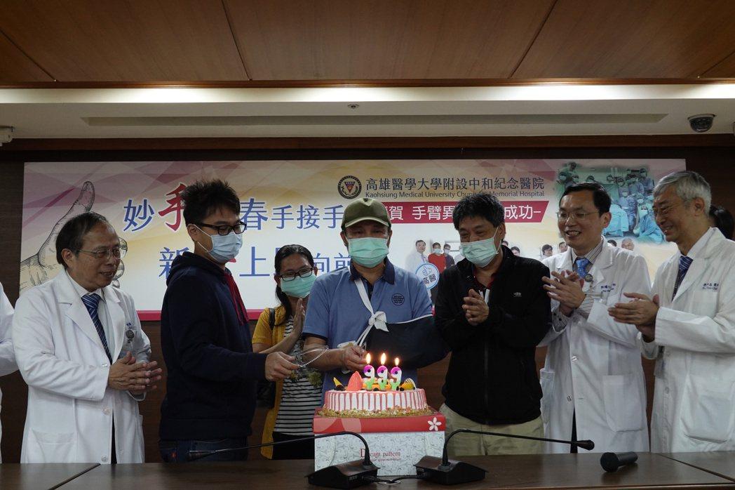高醫院長侯明鋒(左一)、外科部長郭耀仁(右二)、骨科主治醫師傅尹志(右一)及兩名...