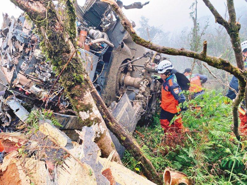 一架黑鷹直升機日前迫降新北市烏來山區,機身面目全非,釀成參謀總長沈一鳴上將等8人罹難的悲劇。   中央社
