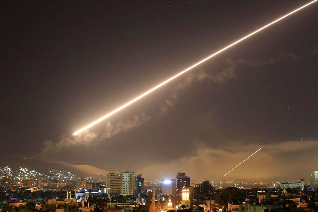 2018年4月13日,川普下令用巡弋飛彈攻擊敘利亞。圖為敘利亞首都大馬士革的防空...