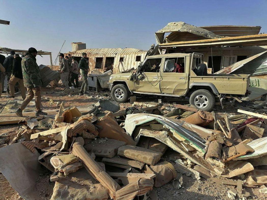 親伊朗武裝團體真主黨旅在伊拉克卡伊姆的據點去年12月29日被美軍轟炸。圖為成員3...