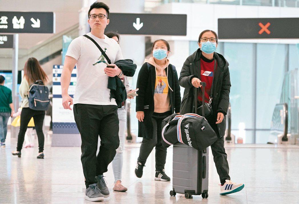 香港啟動嚴重應變級別,昨日在高鐵西九龍站部分旅客戴口罩出行。 香港中通社
