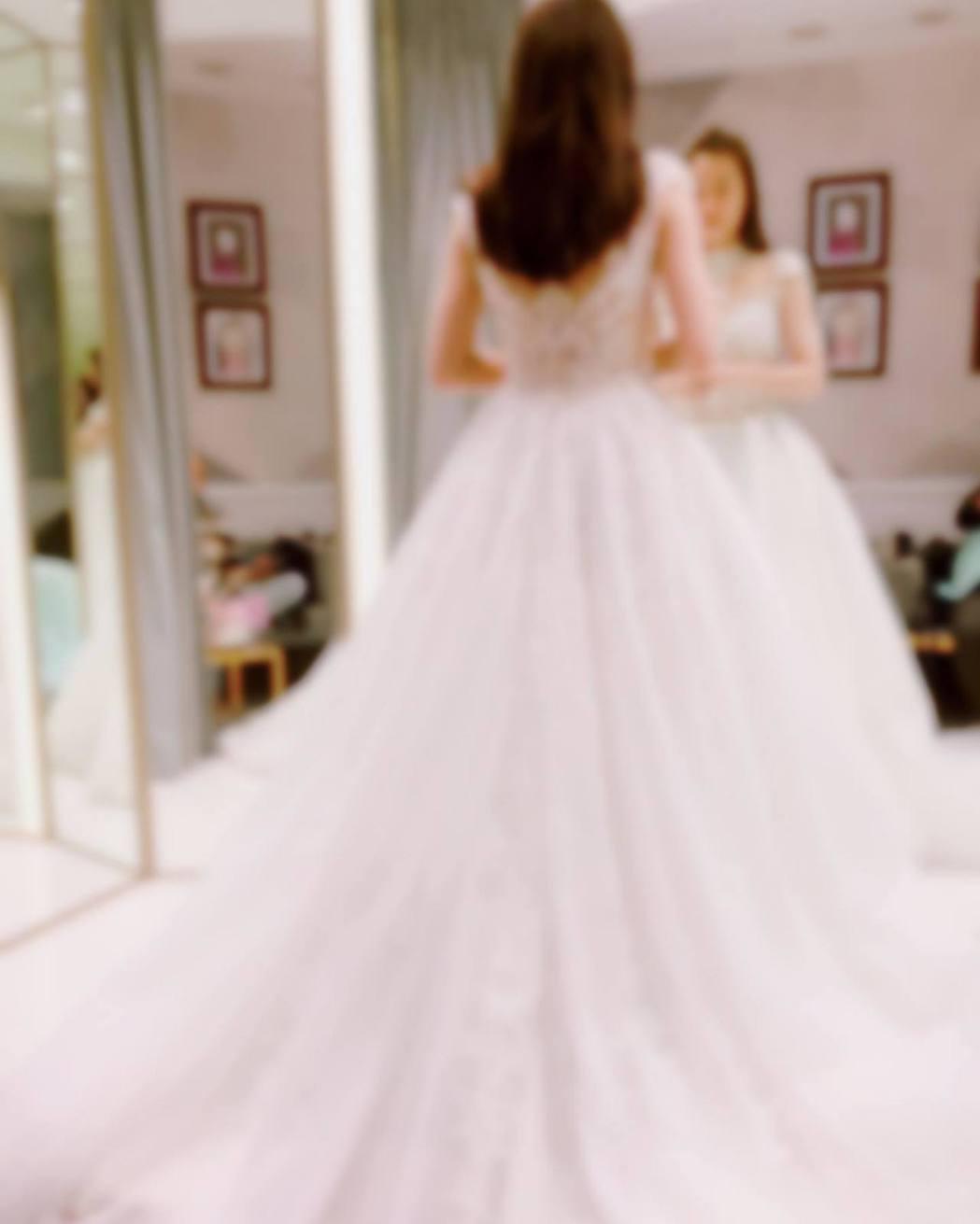羅小白凌晨在臉書分享婚紗照。 圖/擷自羅小白臉書
