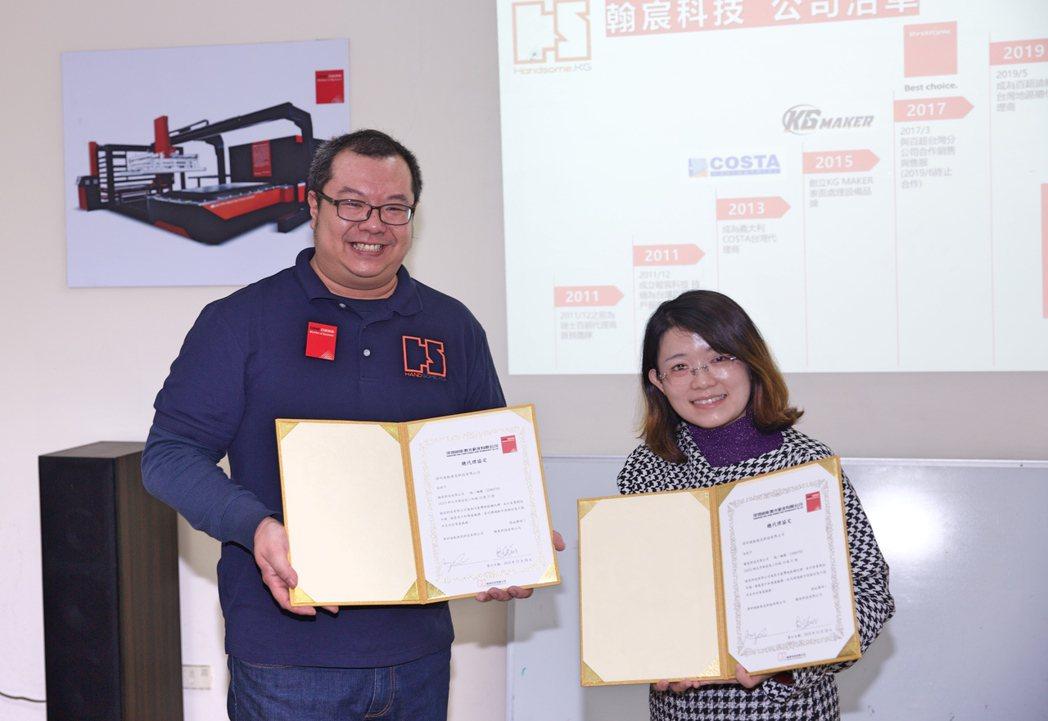 翰宸科技總經理郭建均(左)日前簽下百超迪能台灣區總代理合約,並與百超迪能海外部總...