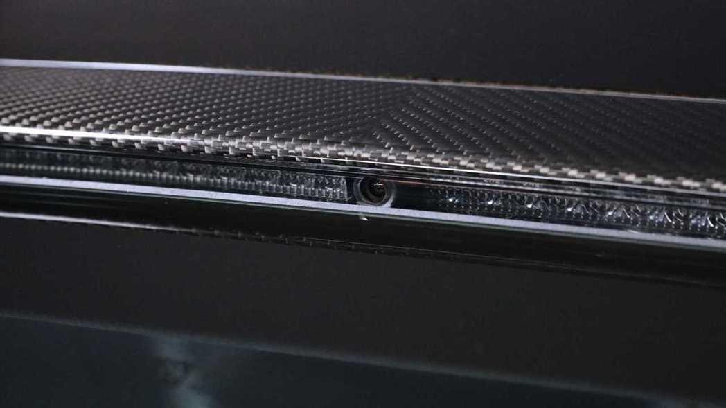 DBS Superleggera車頂的鏡頭藏在後擋風玻璃的銜接處。 摘自Asto...