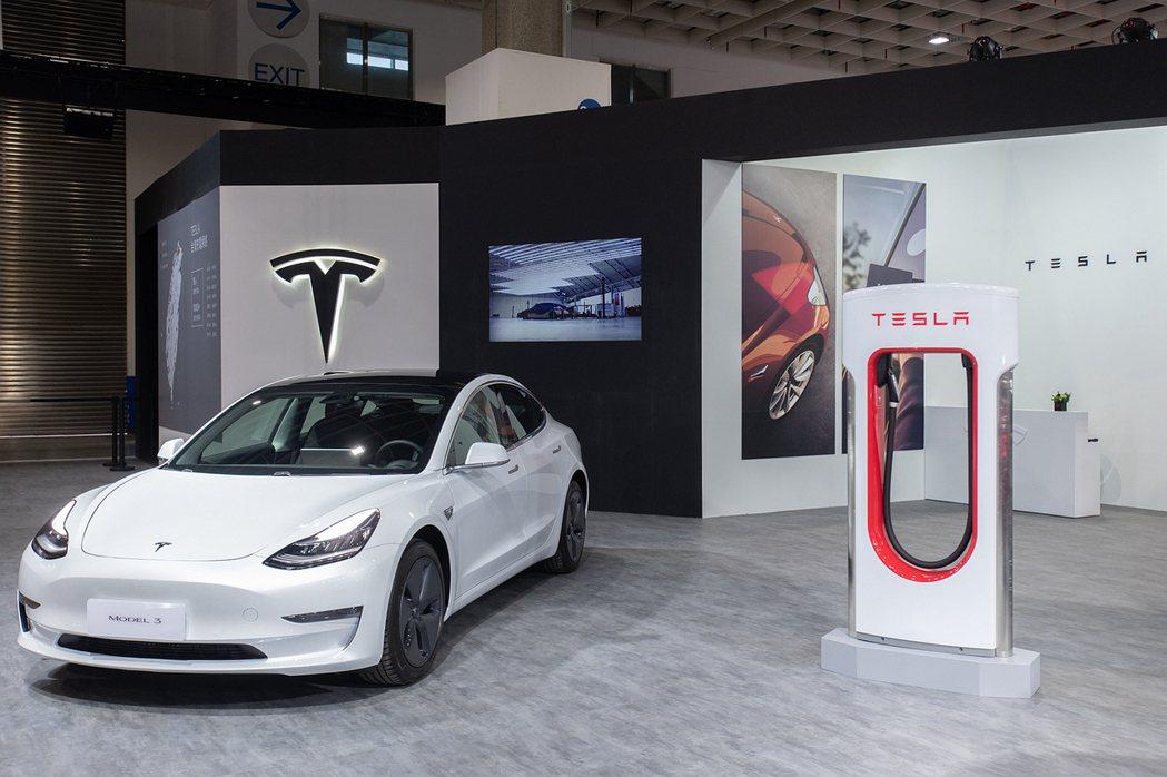 以平價定位切入電動車市場的TESLA Model 3,去年底交車量相當驚人。 圖...