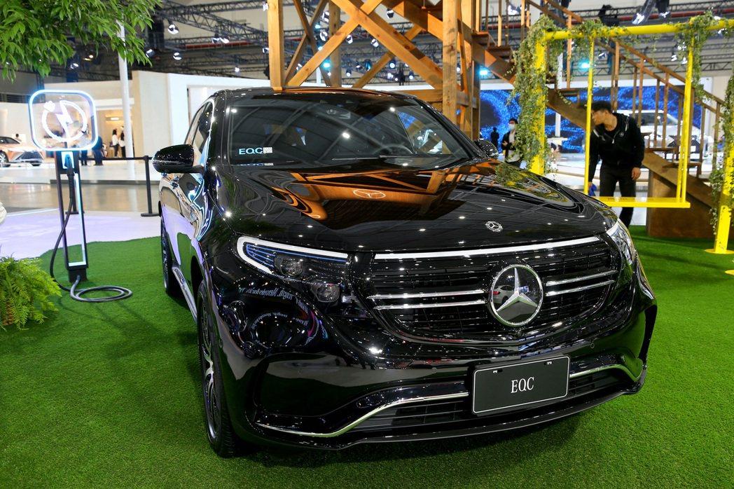 2020世界新車大展27日起在南港展覽館展出,賓士展出首款純電量產車「EQC」。...