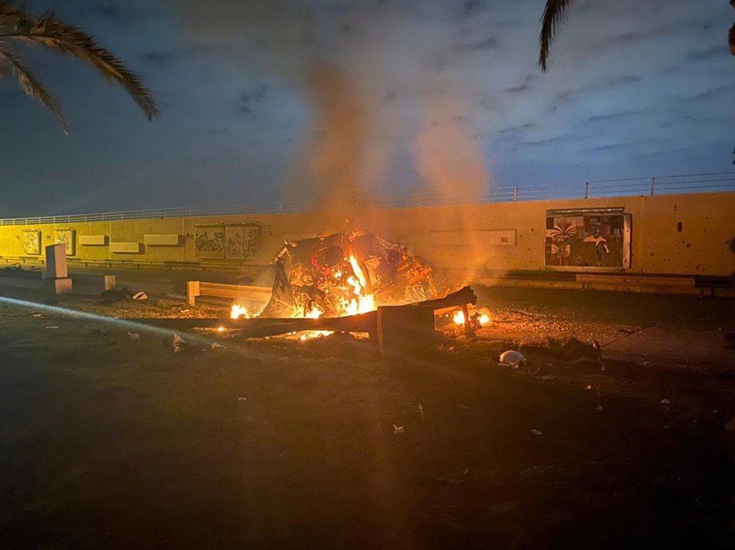 伊拉克新聞局3日發布蘇雷曼尼車隊,在巴格達機場附近遇襲起火的畫面。美聯社