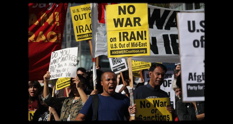 反戰人士4日在全美各地集結示威。圖為22歲的溫布里在洛杉磯市區高舉「不要戰爭」的標語牌,反對美軍介入中東事務。歐新社