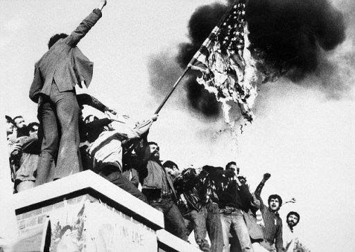 美國駐德黑蘭大使館1979年發生人質危機,伊朗激進學生當時焚燒美國國旗,有52名美國人質遭扣押長達444天。取自美國國家安全檔案