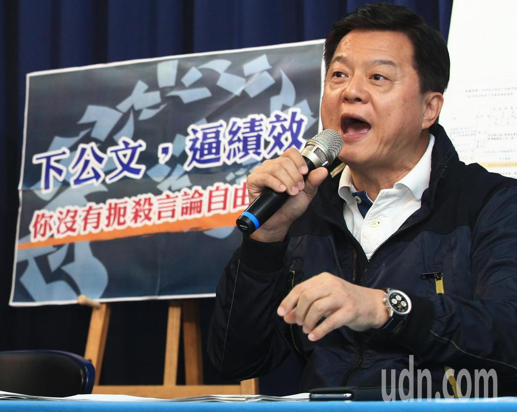 國民黨上午舉行記者會,出示公文證明警政署下績效公文要求全國警察單位查假,台灣已經...
