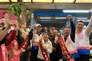<u>張嘉郡</u>四湖市場掃街拜票 民眾贈蒜青、菜頭預祝當選