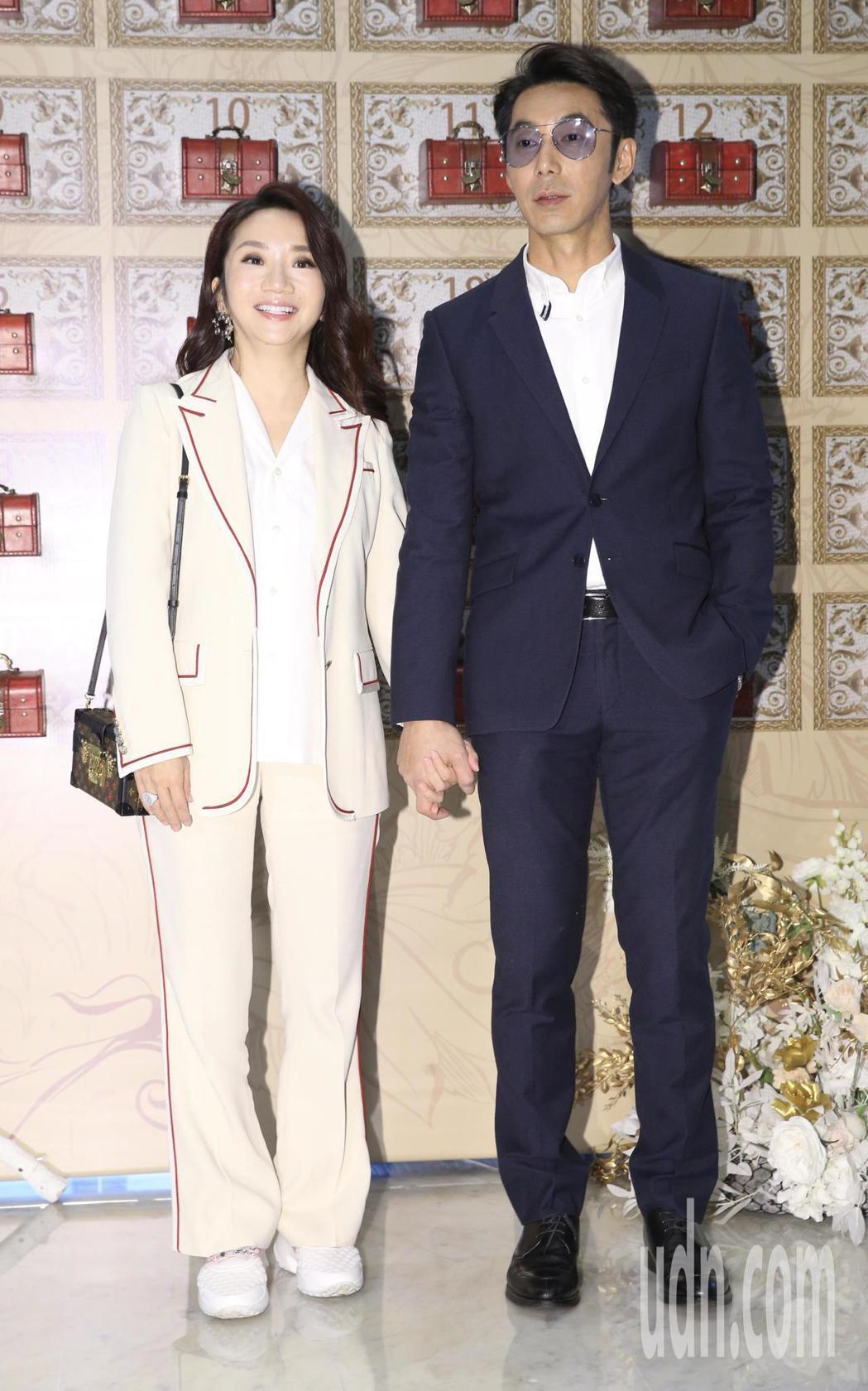 綜藝節目製作人B2中午在寒舍艾美舉行婚宴,藝人陶晶瑩(左)、李李仁(右)夫妻檔到...