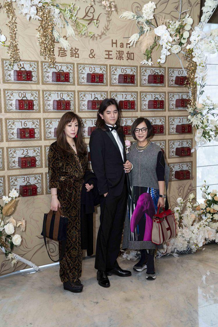 林莉老師和女兒Melodie與新郎B2合影。圖/LinLi Boutique提供