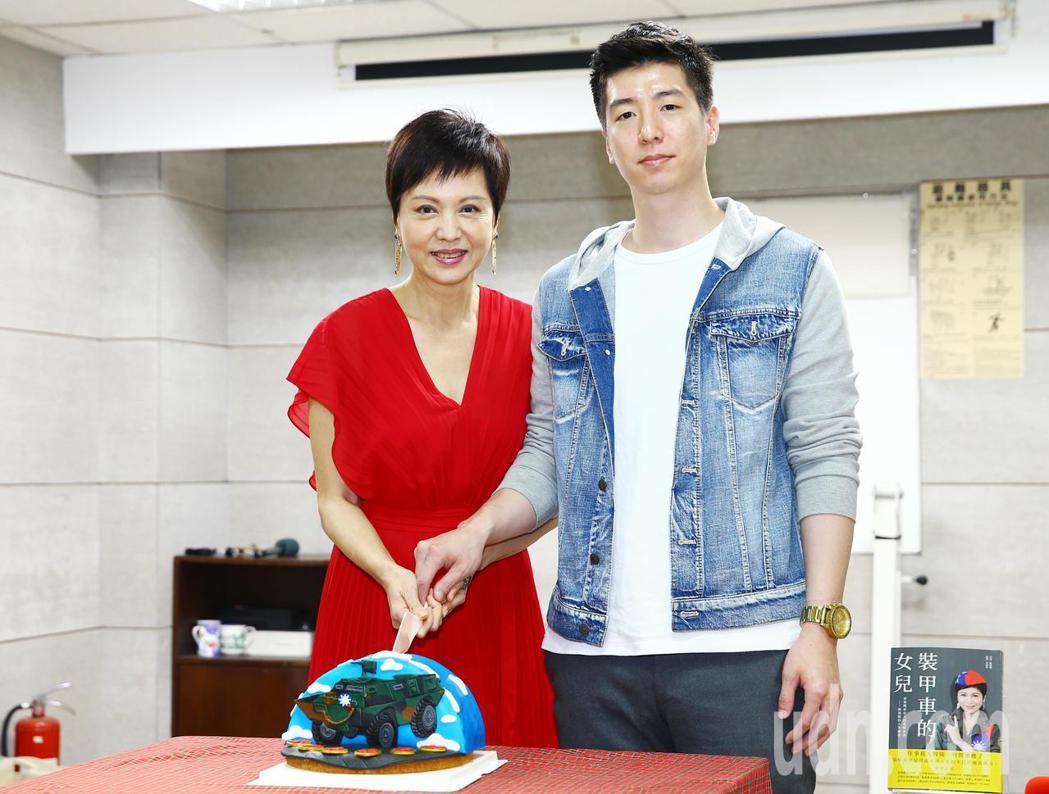 熊海靈的小兒子特別送來蛋糕祝媽媽生日快樂。記者杜建重/攝影