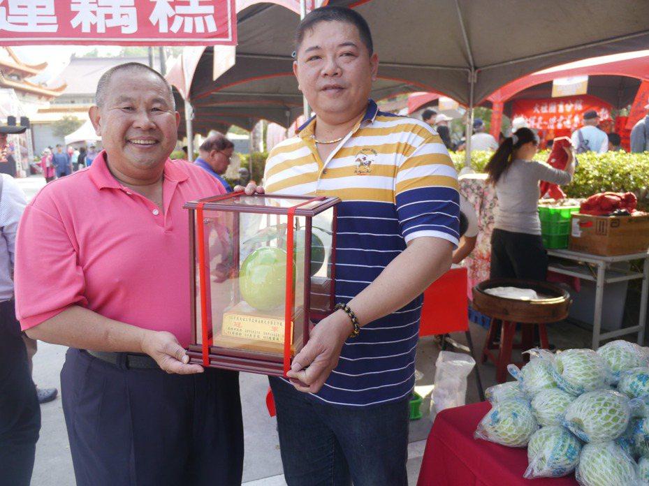 今年度大社蜜棗王出爐,冠軍寶座由蕭勝文(右)抱走。記者徐白櫻/攝影