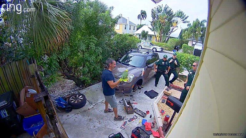 美國佛羅里達州警察2019年12月底跨年前夕獲報,一名男子家中傳出女子求救叫聲,警察隨即抵達現場後發現,居然是烏龍一場,因為尖叫求救聲音來源,竟是男子飼養的鸚鵡。路透/ViralHog