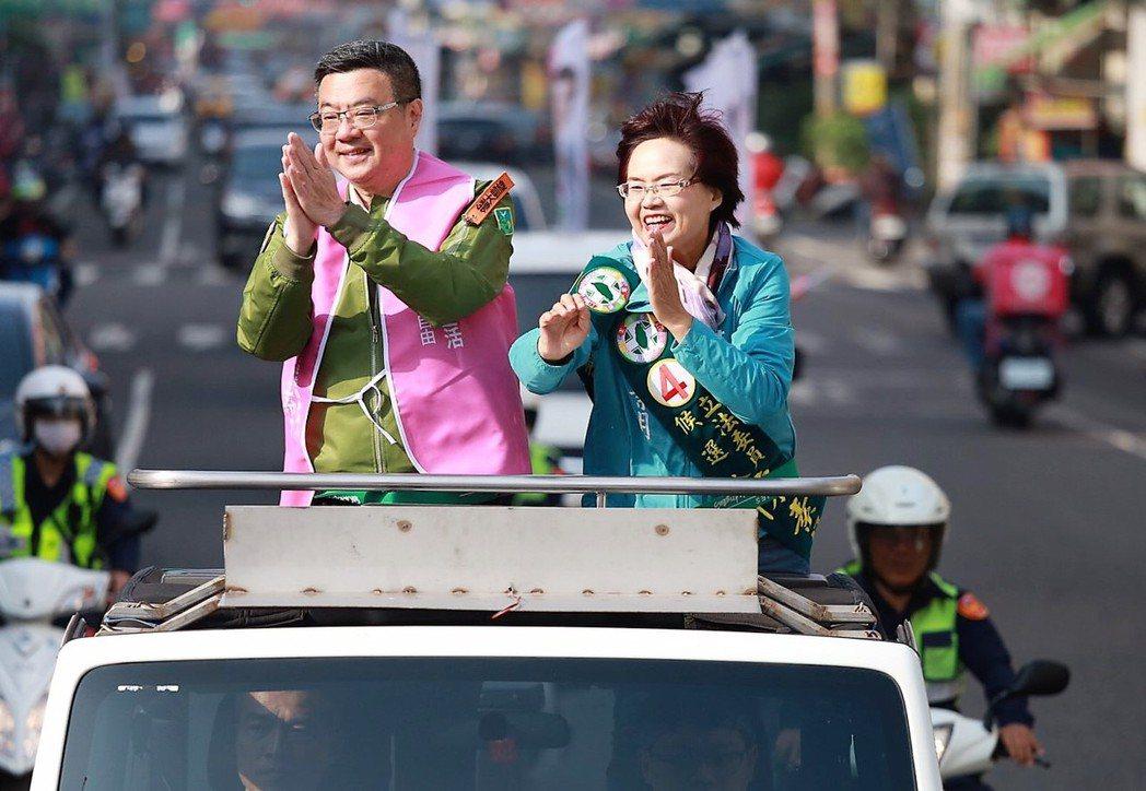 民進黨主席卓榮泰(左)今天下午到彰化陪同第四選區立委候選人陳素月(右)車隊掃街拜...