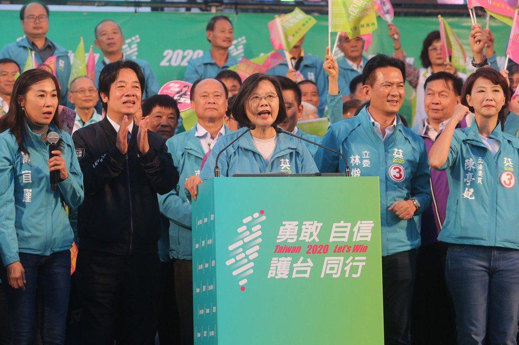 選前「超級星期天」,民進黨正副總統候選人蔡英文、賴清德今到台南衝刺選情。記者季相...