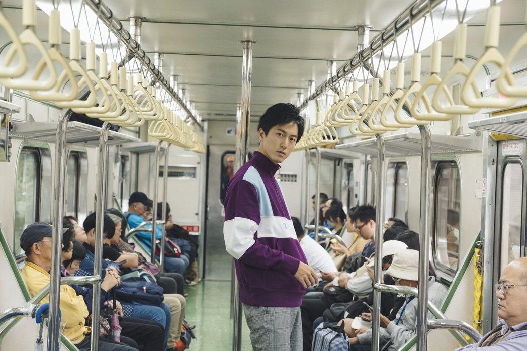 邱昊奇在火車上拍攝。圖/幸星娛樂提供