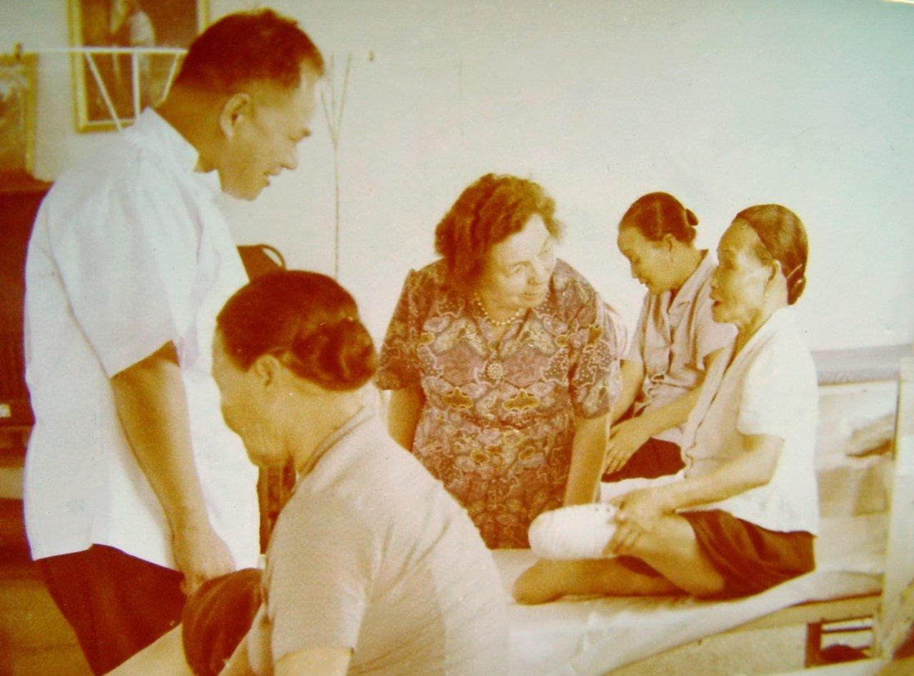當年孫理蓮(右三)前往探視烏腳病患者的歷史照片。圖/芥菜種會提供