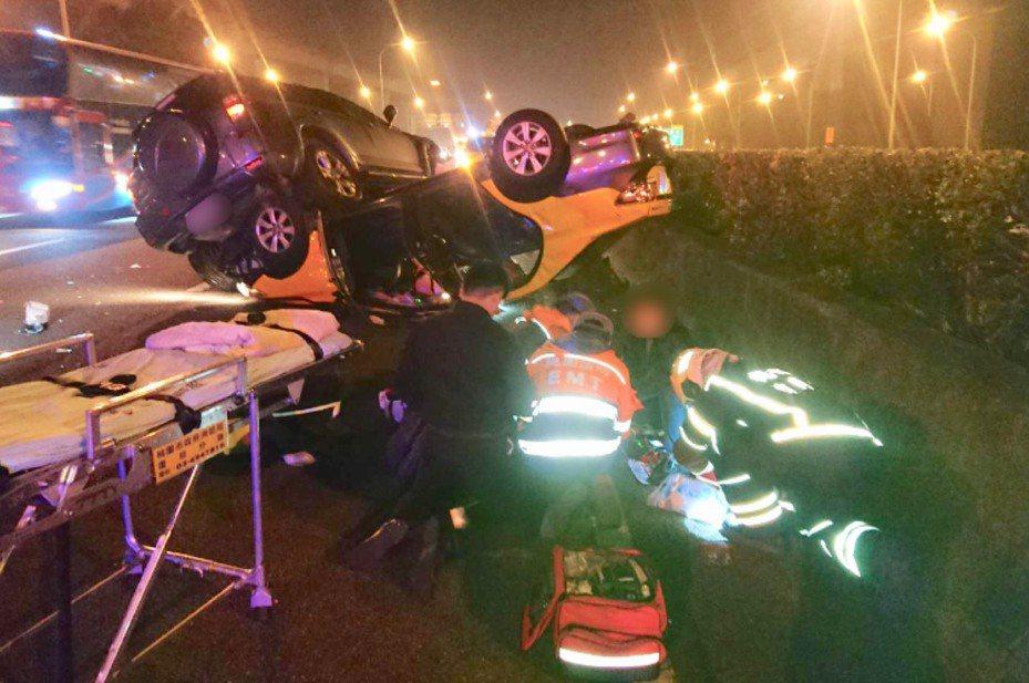 晚間稍早7點53分國道1號北上65.2公里處發生嚴重車禍,兩輛小客車因不明原因交疊橫躺路面上。圖/桃園市消防第四大隊提供