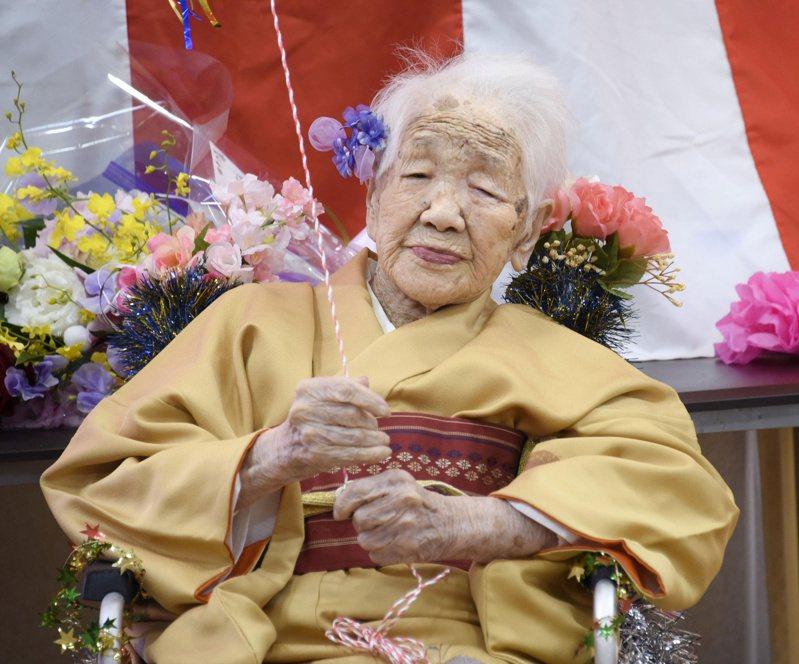 圖為今年初田中加子穿著黃色和服,和養老院員工及朋友歡慶117歲生日。路透
