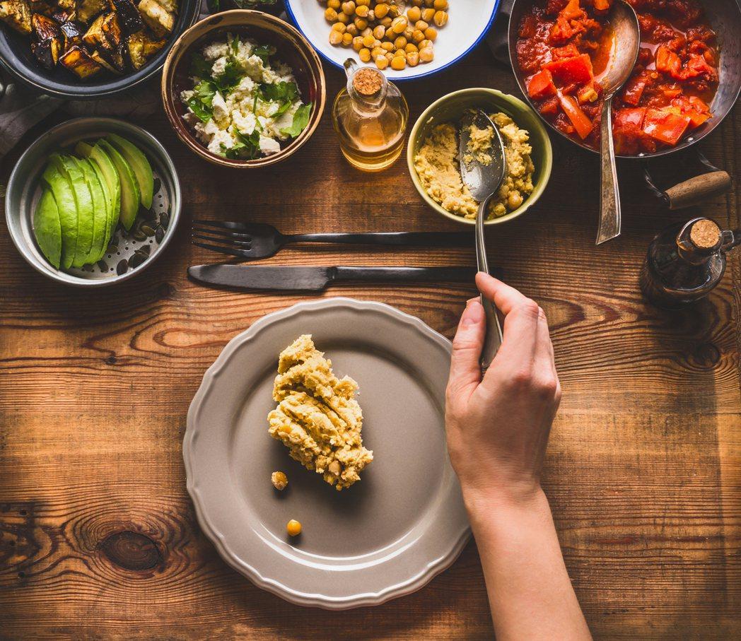 單獨吃飯是很自在啦,但與三五好友,或是親人一起吃飯的熱鬧氣氛也很不賴。圖/ing...