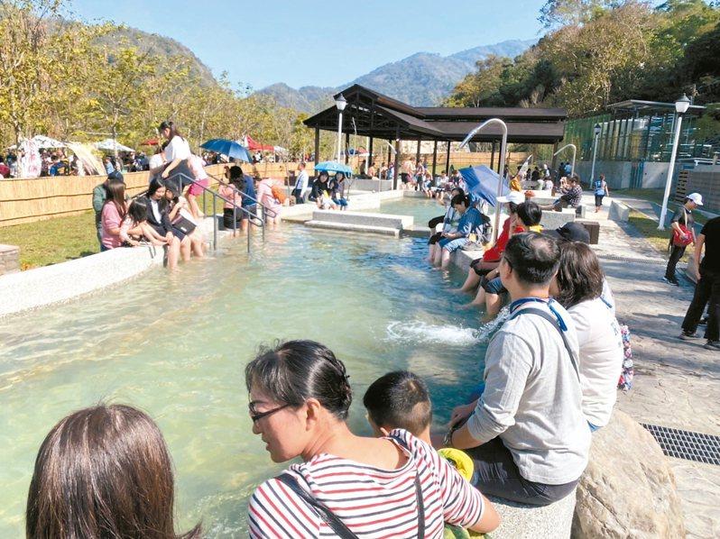 冬天是泡湯與賞花季節,高雄六龜寶來花賞溫泉公園重新開放,假日已見人氣。 記者徐白櫻/攝影