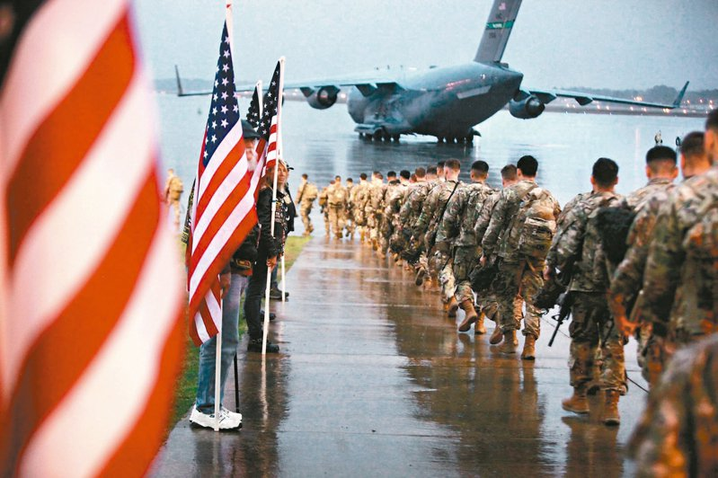 美國防部發布的照片顯示,美國北卡州布拉格堡的陸軍第八十二空降師官兵準備搭機增援中東地區。 (法新社)