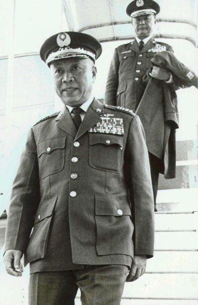 賴名湯(前)在病重時,獲蔣經國總統頒發青天白日勳章。 圖/聯合報系資料照片