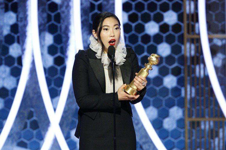 第77屆金球獎頒獎典禮在台灣時間今早上9點舉行,喜劇類最佳女主角由首位亞裔女演員奧卡菲娜以「別告訴她」拿下,擠下強敵凱特布蘭琪、安娜德哈瑪絲等人。她雖然在片中揮別搞笑形象,但在台上仍保持幽默個性,接...