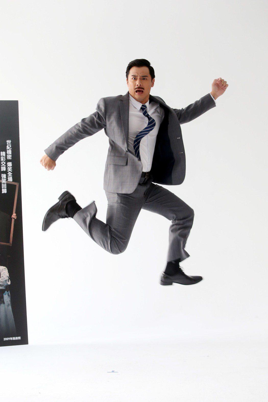 果陀劇場間諜偵探喜劇《步步驚笑》將於3月起全台第三刷巡演,竇智孔變身007演出。...