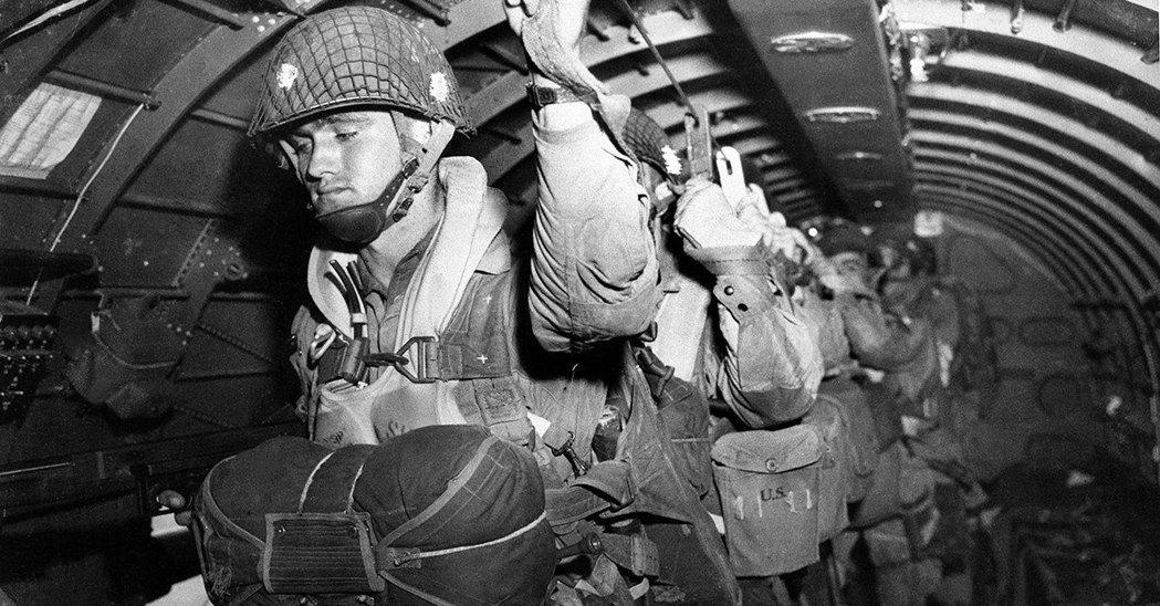 82師傘兵在諾曼第,預備由C-47運輸機跳出。圖╱美國陸軍檔案照