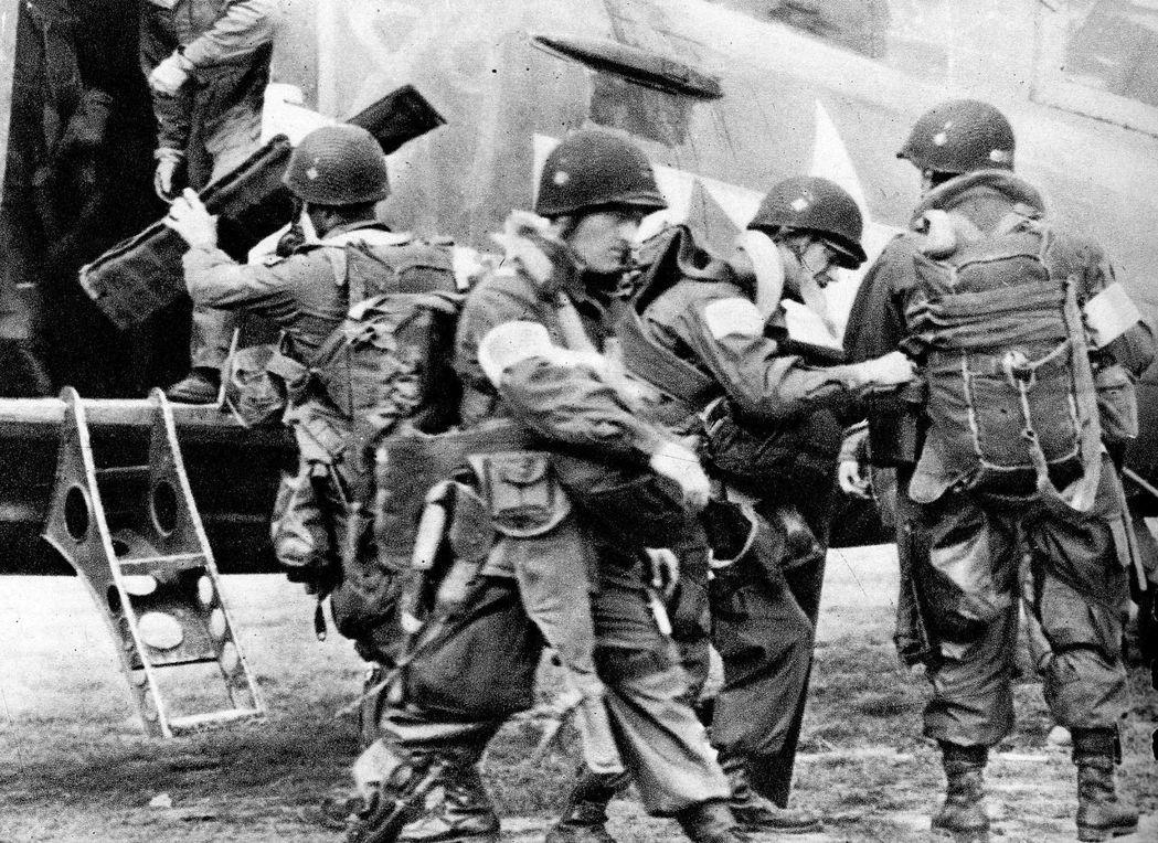傘兵登上C-47運輸機前,進行最後檢查。圖╱美國陸軍檔案照