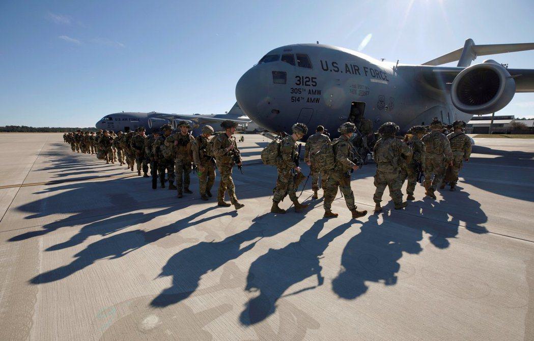 美軍82空降師在元旦從北卡基地出發,前往局勢緊張的中東地區。(路透)