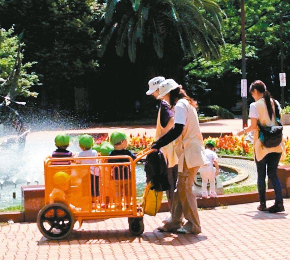 過去30年間,日本生多胞胎的比率多了近一倍。圖為日本保育園帶小孩到戶外散布,與新聞事件無關。 記者雷光涵/攝影